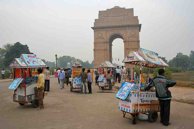 Ice-Cream Together At India Gate - Delhi